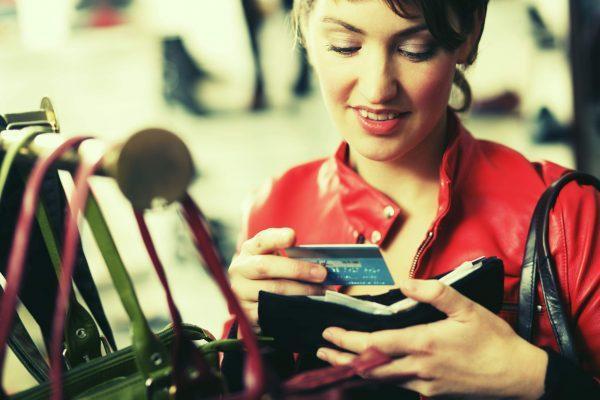 Bí quyết giúp bạn giảm phí thường niên thẻ tín dụng